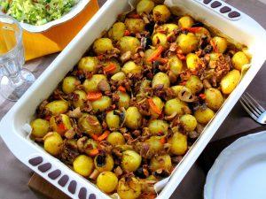 Картопля, запечена з лісовими грибами