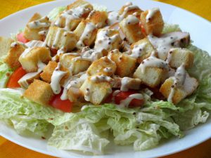Салат із курятини, пекінської капусти і сухариків