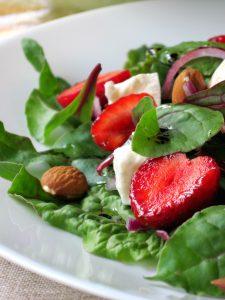 Салат із мангольдом і полуницею
