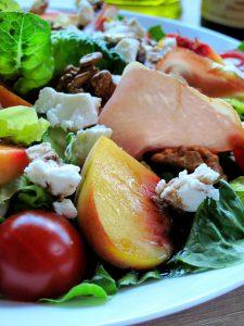 Салат із в'яленою шинкою та персиками