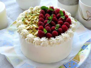 Торт королеви Вікторії з малиною та фісташками