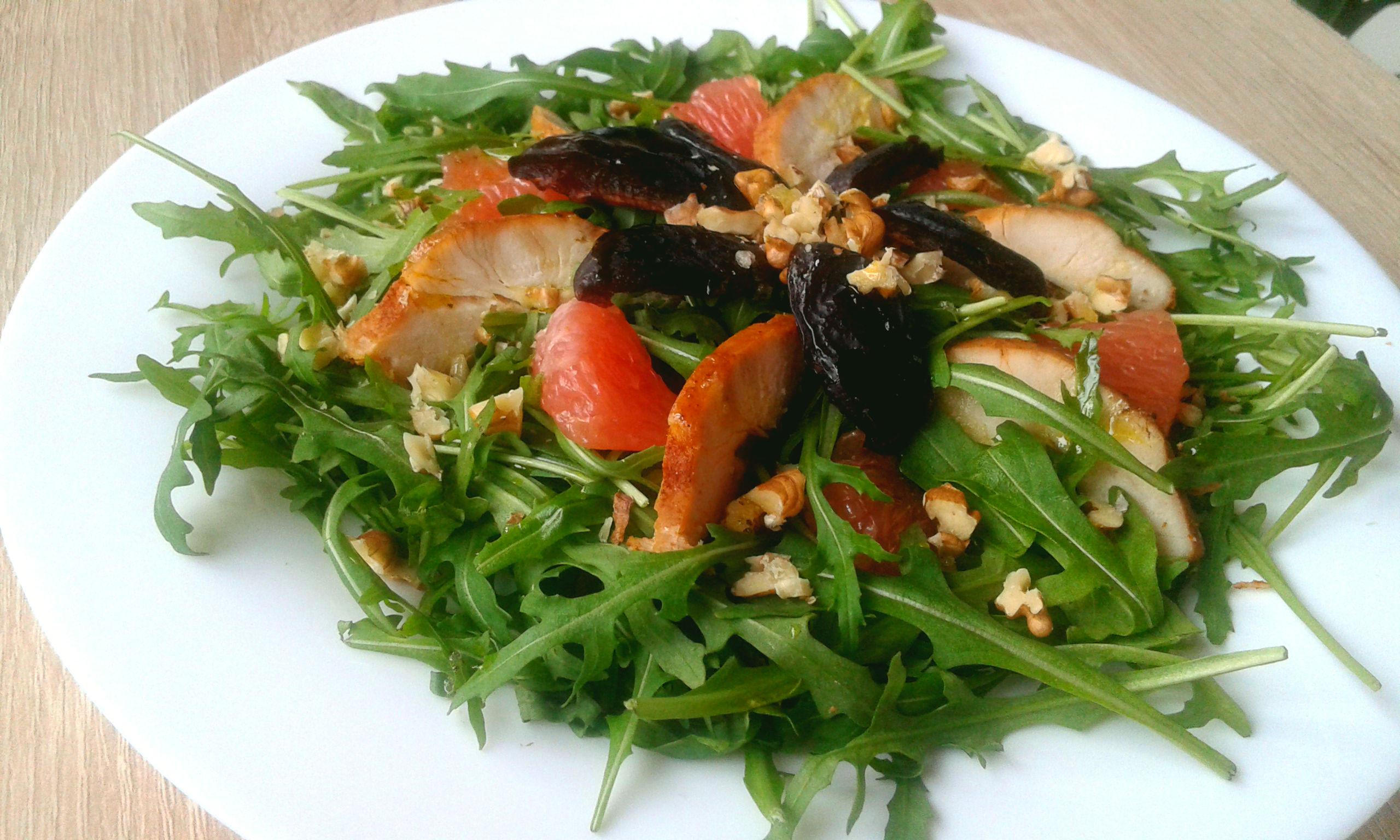 Салат із курятиною, грейпфрутом і чорносливом