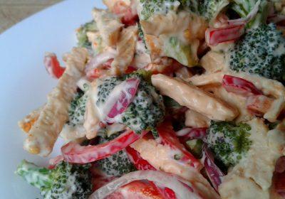 Салат із курятини, броколі та солодкого перцю