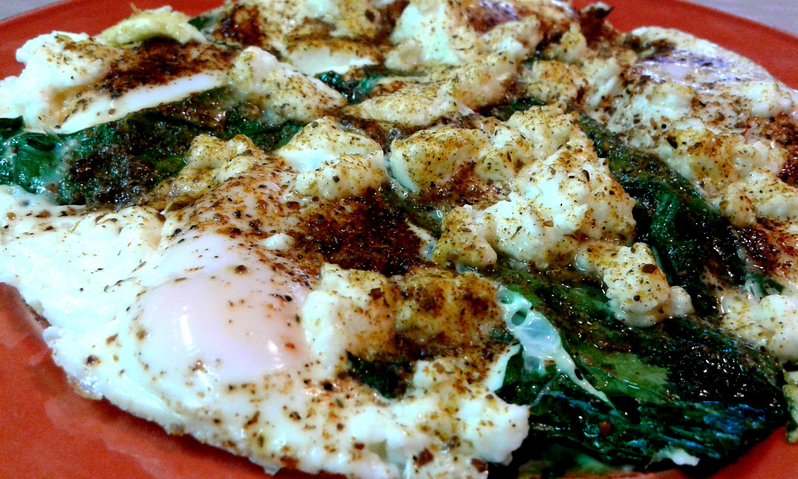 Яєшня з фетою і шпинатом