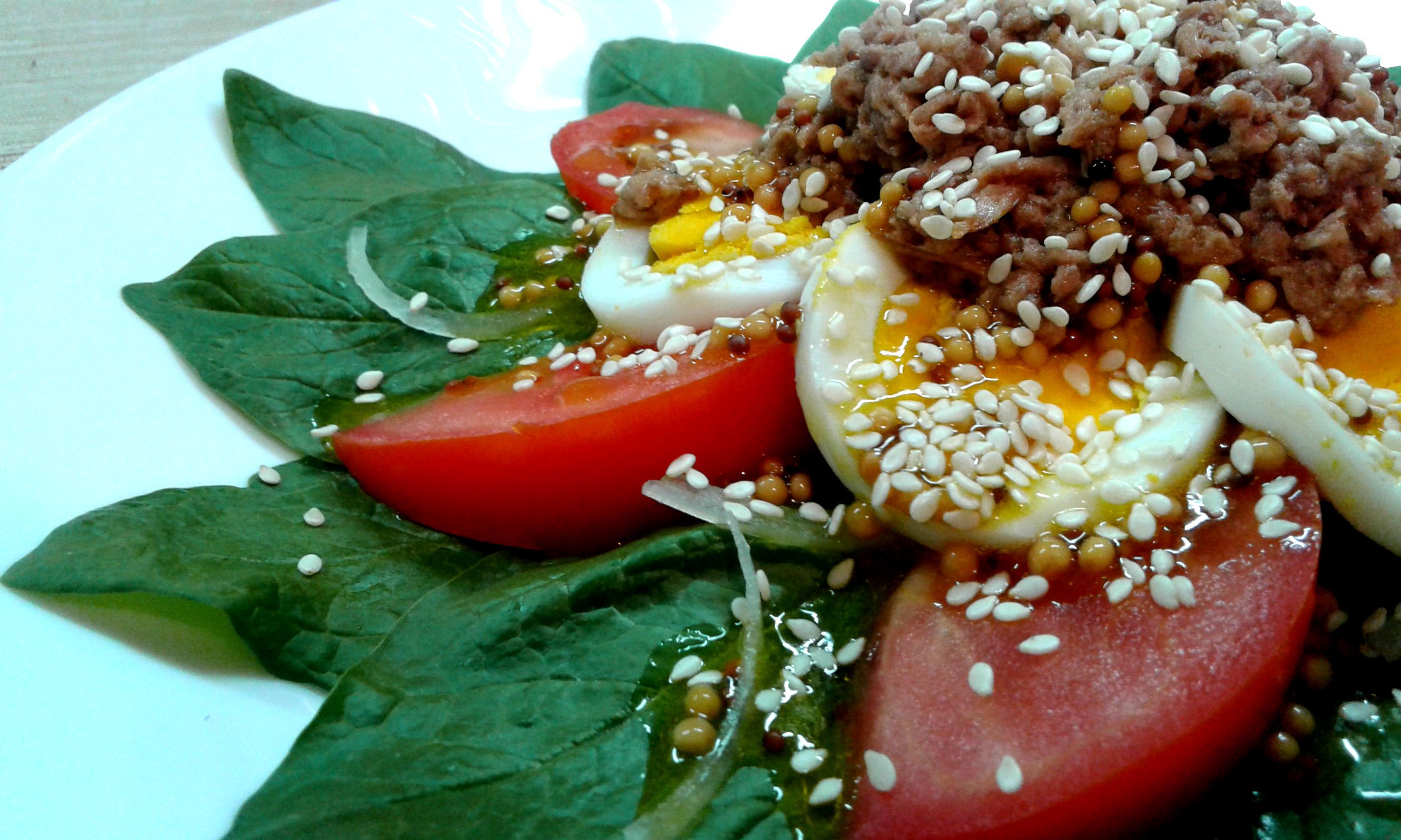 Салат зі шпинату, тунця і помідорів