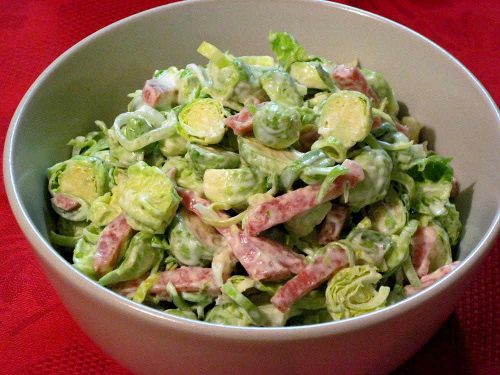 Салат із брюссельської капусти із шинкою