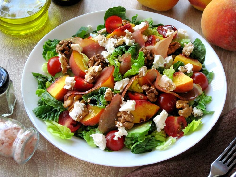 Салат із сиров'яленим м'ясом і персиками