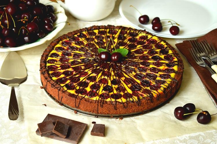 Пиріг із кремовою заливкою та чорною черешнею